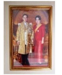 พรธิสารเฟรม ภาพรัชกาลที่9-ราชินี ยืนกรอบไม้ลูกแก้ว 15x20